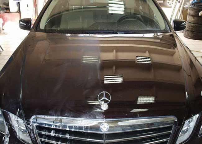 Фото примера полировки капота авто